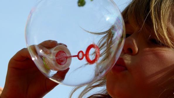 Barn som blåser såpeboble